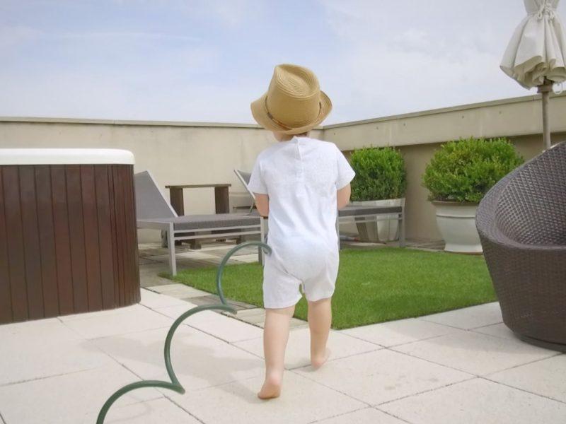 Bebé andando descalzo