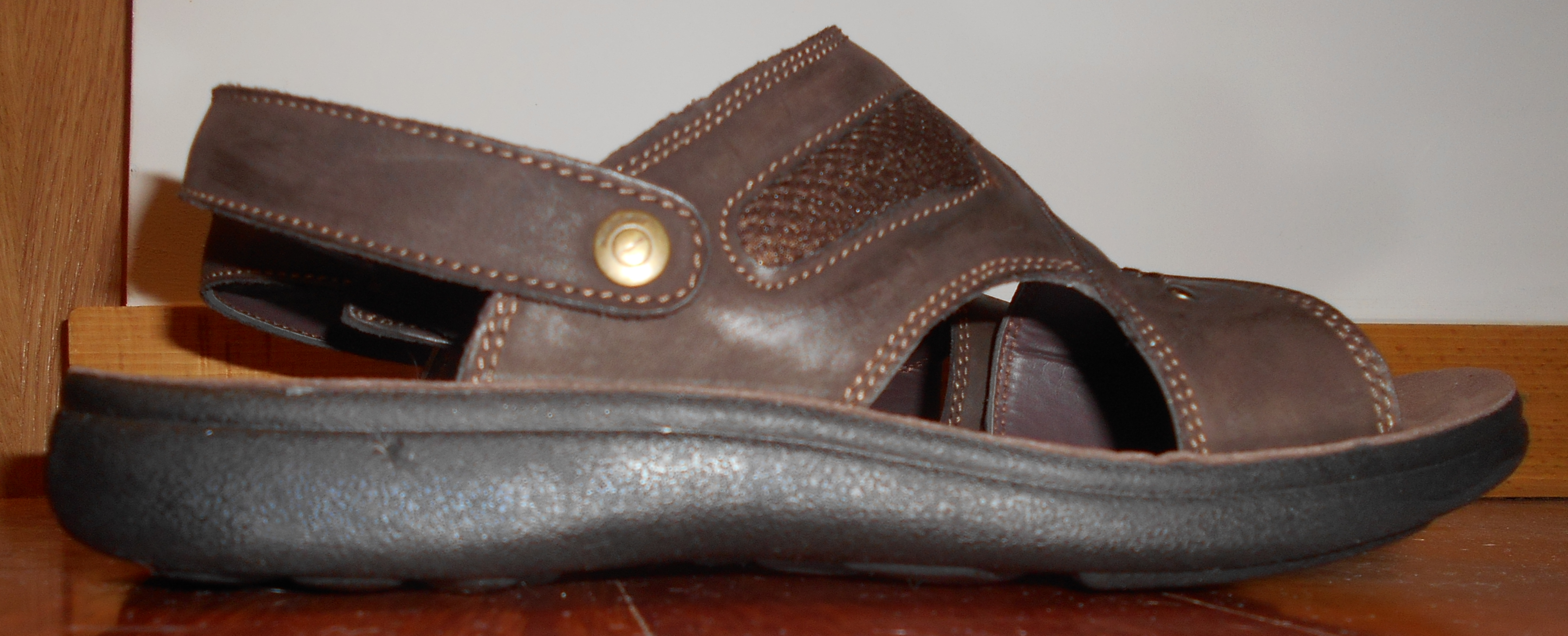 Saltar-Sandalia apropiada al ir sujeta al tobillo, ser de material natural y con una suela de suficiente grosor. Foto bajo licencia Creative Commons, de Filosofía Natural.