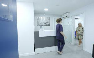 Podóloga recibiendo a una paciente