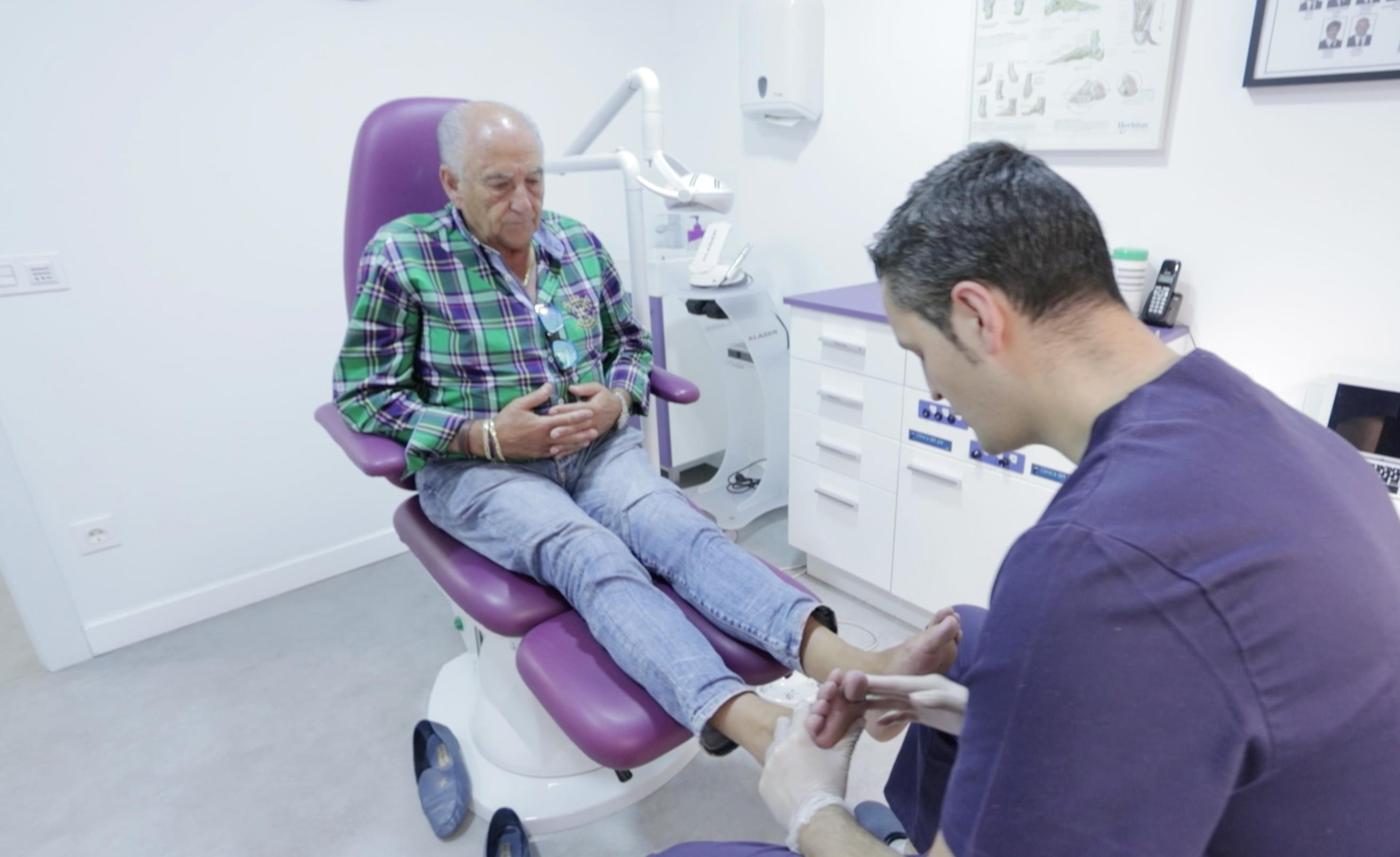 Podólogo atiende a un paciente mayor