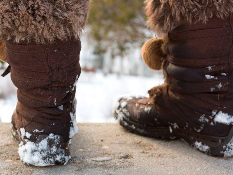 Pies con calzado para la nieve